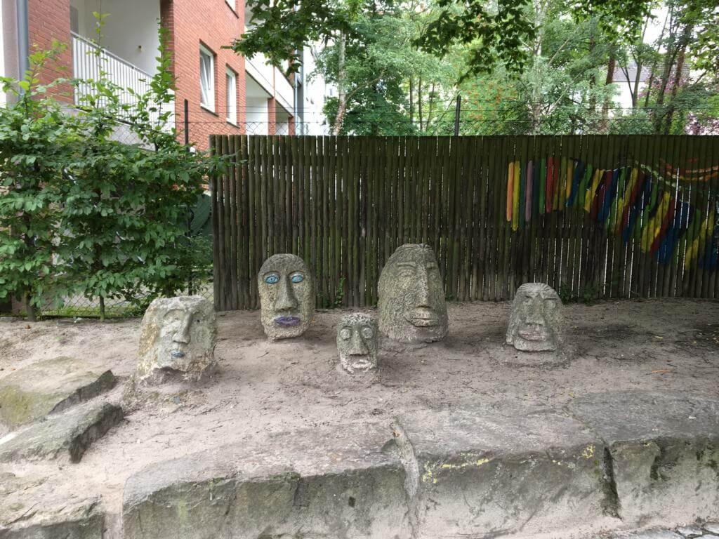 Die Vorlage der Steinköpfe auf den Osterinseln steht auf einen Spielplatz in Hannover
