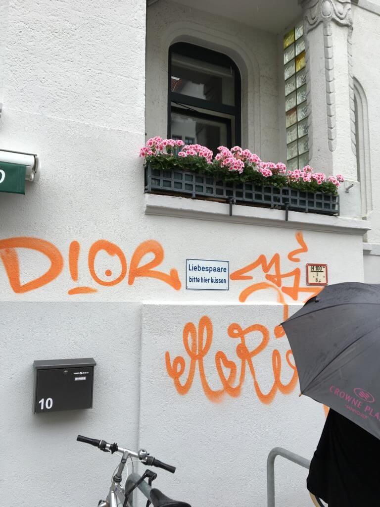 Einfach mal ein schönes Schild in Hannover Linden - Liebespaare küssen sich hier