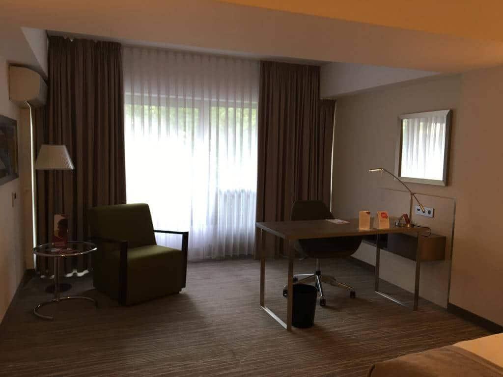 Geräumig ist das Zimmer schon im Crowne Plaza Hannover Schweizerhof