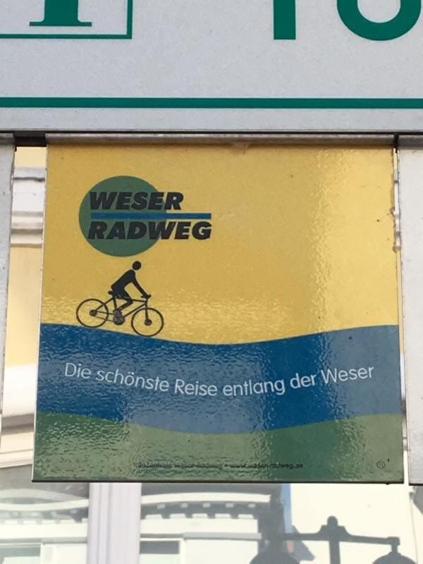 Schild Weser-Radweg - mit dem Pedelec auf dem Weser-Radweg